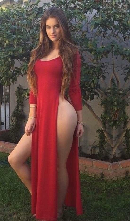 трахает девушку в платье с большим вырезом